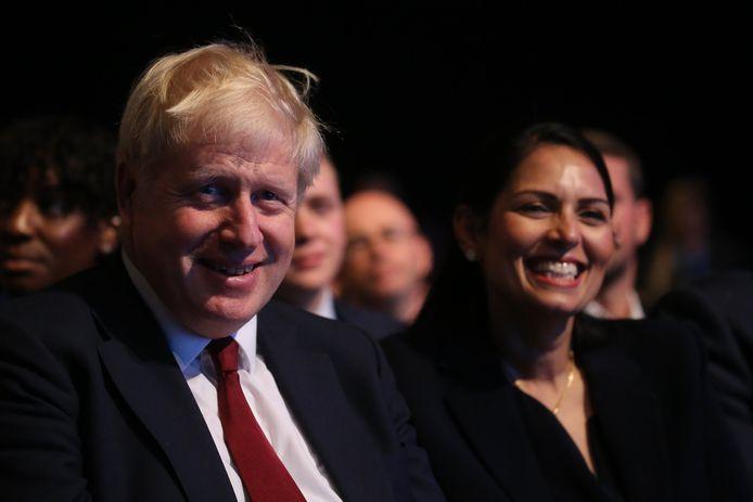 De Britse premier Boris Johnson en minister van Binnenlandse Zaken Priti Patel.