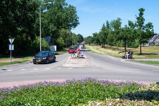 De wachtruimte midden op het de fietsoversteek wordt eveneens vergroot.