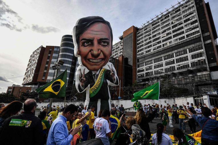 Voorstanders van Jair Bolsonaro voor het ziekenhuis in São Paulo waar Bolsonaro werd opgenomen nadat hij op 7 september werd neergestoken tijdens een campagnebijeenkomst.