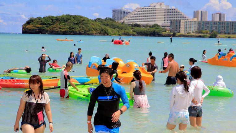 Toeristen op Guam maken zich voorlopig nog niet druk om de Noord-Koreaanse dreiging. Beeld afp