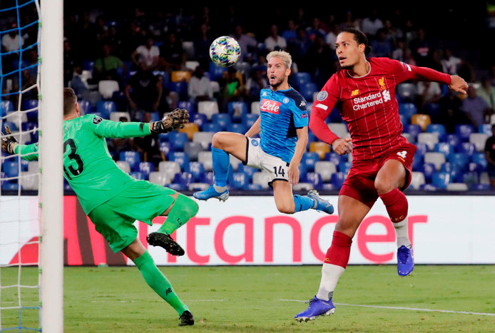 Dries Mertens en Virgil van Dijk in actie tijdens Napoli - Liverpool.