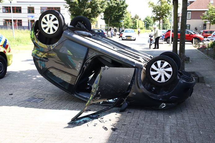 De auto kwam op de kop terecht.