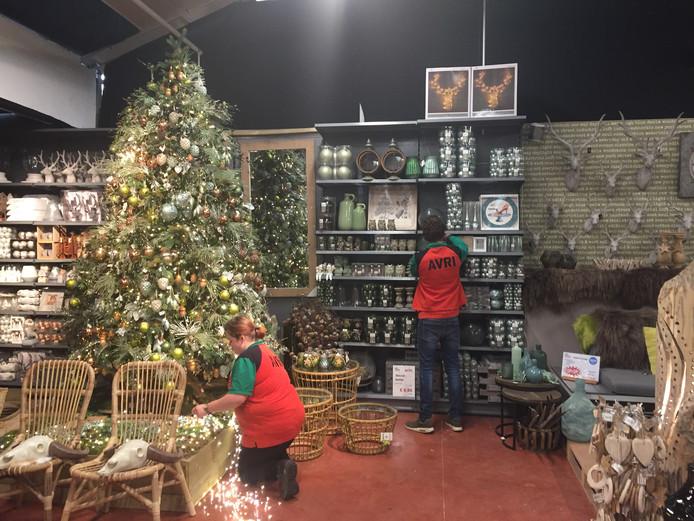 Mensen komen van heinde en verre voor de kerstshow van  AVRI Bloem- en Tuincentrum. Hier, op de foto, was de winkel nog in opbouw.