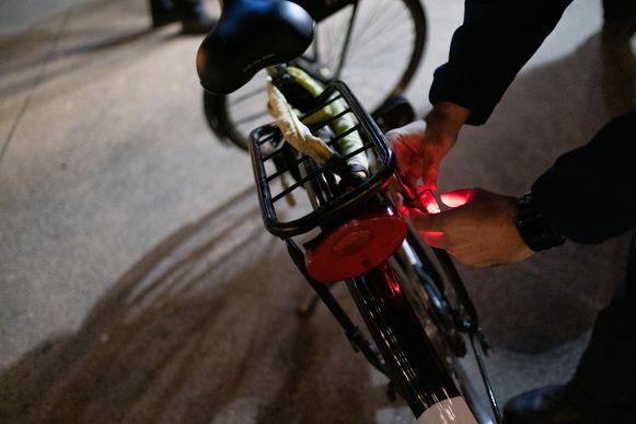 De lokale politie Mechelen-Willebroek controleert de de fietsverlichting van tientallen tweewielers.