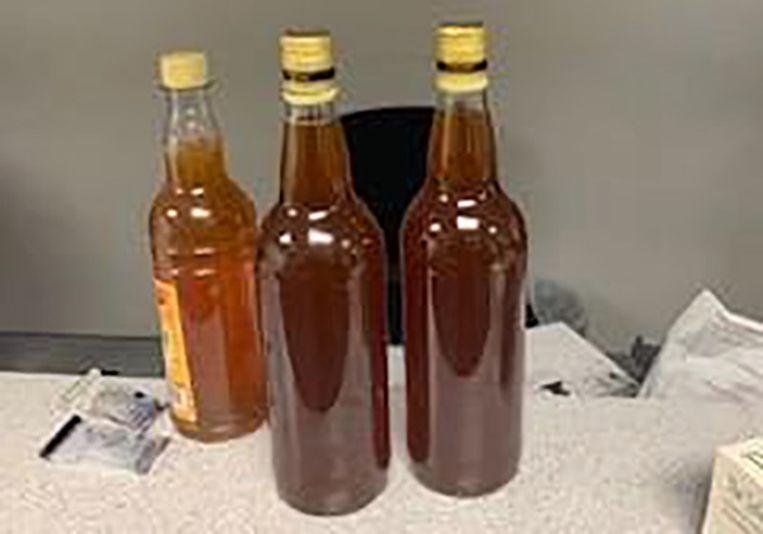 De drie flesjes honing.