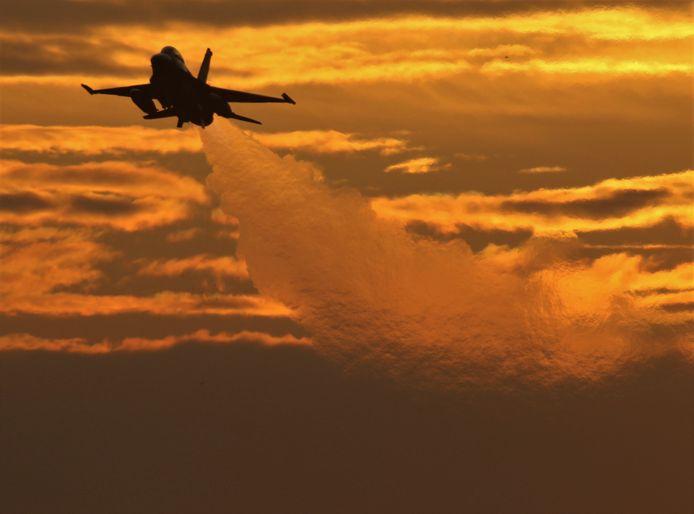 F16 stijgt op tijdens zonsondergang vanaf vliegbasis Volkel (25-11)