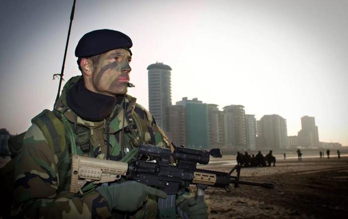 Een lid van het korps mariniers.