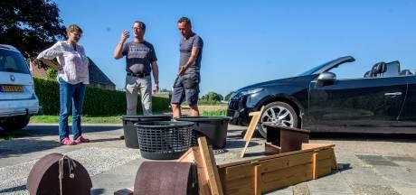 Nestkasten uitdelen bij boeren en buitenlui in Heusden: een blije, groene rit in een cabrio