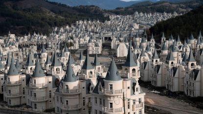 Van megalomaan bouwproject naar spookdorp: bijna 600 identieke luxekasteeltjes staan leeg na faillissement projectontwikkelaar