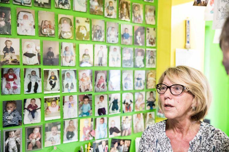 Lizy Schoefs is al 36 jaar onthaalmoeder, en in al die jaren heeft ze welgeteld 140 kinderen opgevangen en opgevoed. Hun foto's plakken in haar keuken thuis tegen de muur.