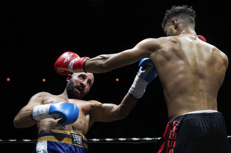 Zacky Derouich (blauwe handschoenen) tegen Chico Kwasi (rood). Beeld anp