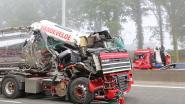 Vrachtwagen knalt in mist op voorligger op E40: bestuurder gekneld in wrak
