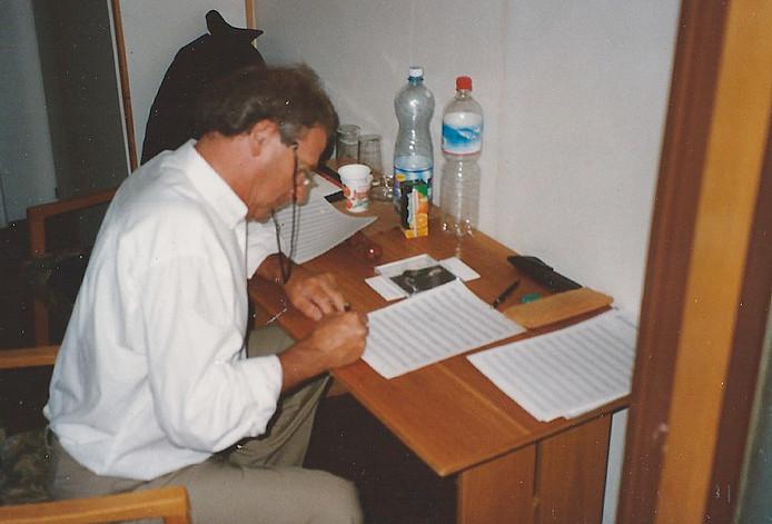 Guus de Waal, bezig met componeren.