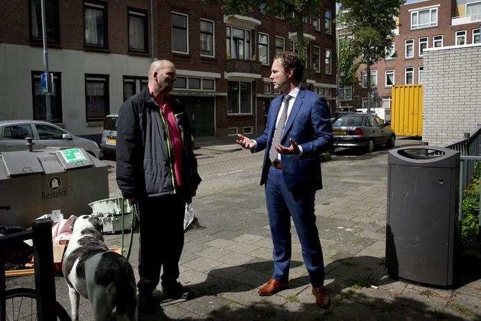 Wethouder Bas Kurvers (rechts) in gesprek met omwonende Jim. 'Het zou a-sociaal zijn om weg te kijken.'
