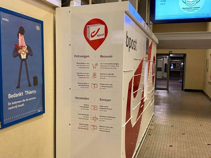 De pakjesautomaat in het station van Denderleeuw met tweetalige opschriften.
