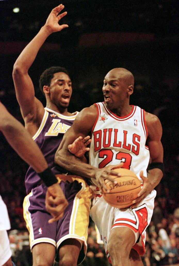 Kobe Bryant in duel met Chicago Bulls-legende Michael Jordan op 8 februari 1998.