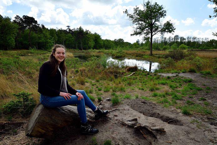 Steffie Verhaard gaat vaak wandelen met de honden in natuurgebied De Krochten.