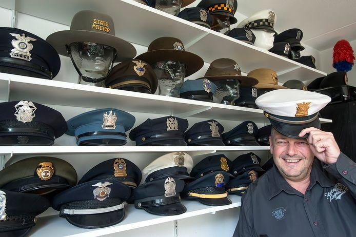 Hij verzamelt Amerikaanse nummerborden en politiepetten