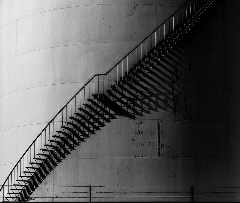 Silotrap met schaduw. 'Het deed me denken aan de onmogelijke trappen van M.C.¿Escher.' Beeld Bart Vos