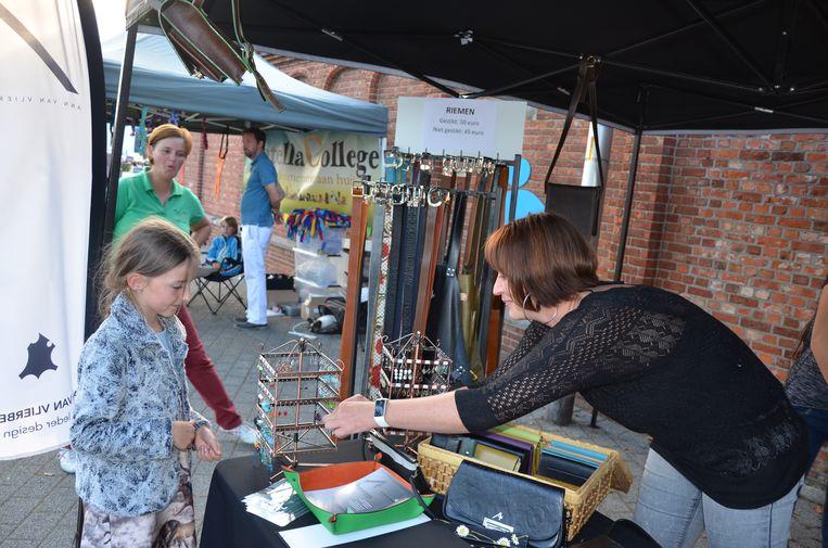 Karlijn kiest een juweeltje uit de collectie van lokale ontwerpster Ann Van Vlierberghe.