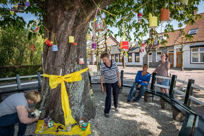 Agnes, Janny, Yolanda en Henny (van links naar rechts) bewonderen de paasboom in Oudelande.