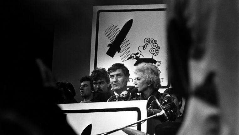 Houtrusthallen Den Haag, oktober 1985: premier Lubbers krijgt van Sienie Strikwerda, voorzitter van het Komitee Kruisraketten Nee, 3,7 miljoen handtekeningen aangeboden tegen de plaatsing van kruisraketten in Nederland. In 2013 bevestigde Lubbers dat er kernbommen in Volkel opgeslagen liggen. Hij noemde ze 'malle dingen' en 'absoluut zinloos'. Beeld Hollandse Hoogte