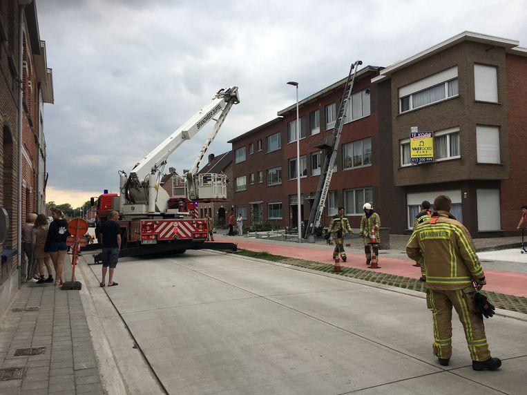 De brandweer kwam ter plaatse en kreeg de brand snel onder controle.