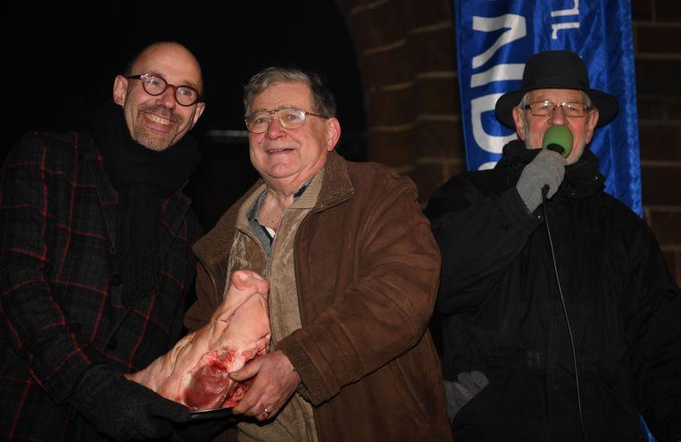 De verkoop van varkenskoppen — met hoogste bieder, Piet De Bruyn — op het 'Feest van Sint-Antonius', een jaarlijkse traditie.