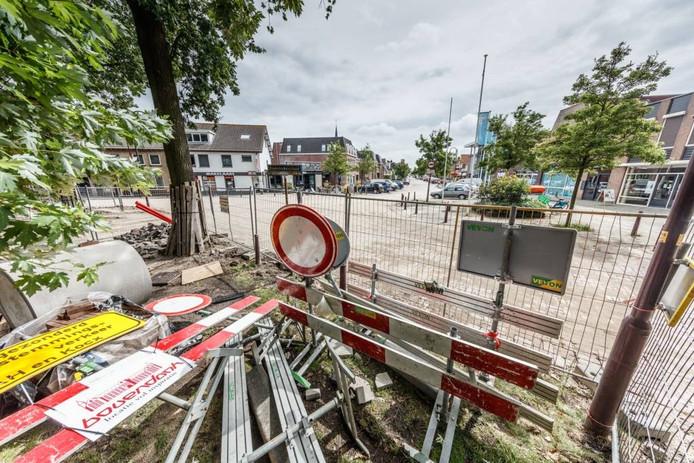 De weg ligt hier nog open bij de winkels aan de Hofstraat en Sint Janstraat in Hoeven. foto marcel otterspeer/pix4profs
