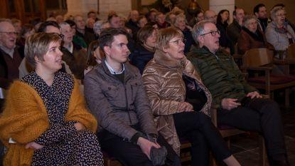 Honderdtal mensen zingen kerstliederen in Martinuskerk