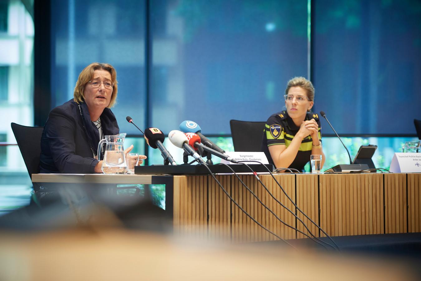 Burgemeester Wobine Buijs van de gemeente Oss (l) en teamchef van de politie Anke Jaspers tijdens de persconferentie over de dood van Arie den Dekker.