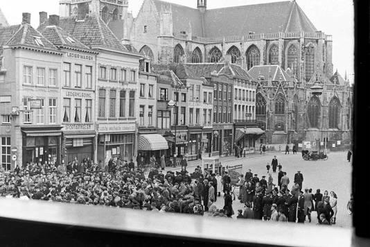 Drukte op de Grote Markt vanwege de parade van beëdigde Duitse matrozen.