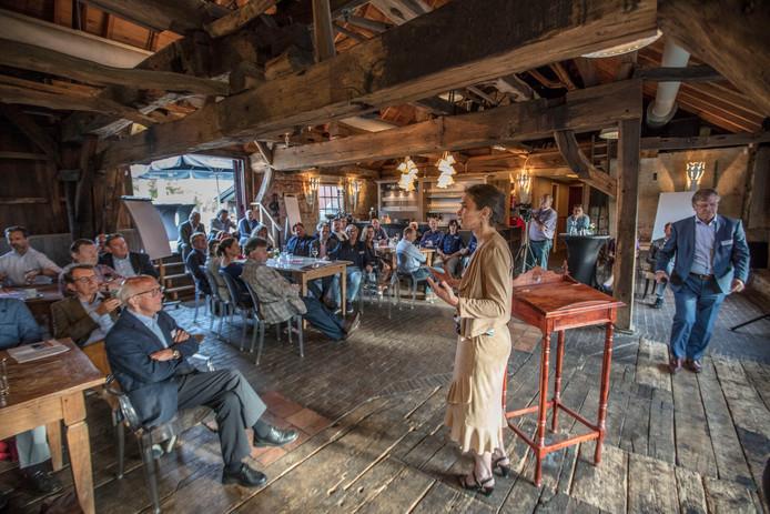 Gedeputeerde Anne-Marie Spierings in gesprek met Nuenense ondernemers in de Opwettense Watermolen.