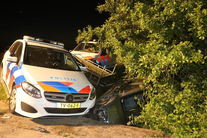 De auto van de verdachte met aanhanger en al in de sloot langs de N831 bij Velddriel.