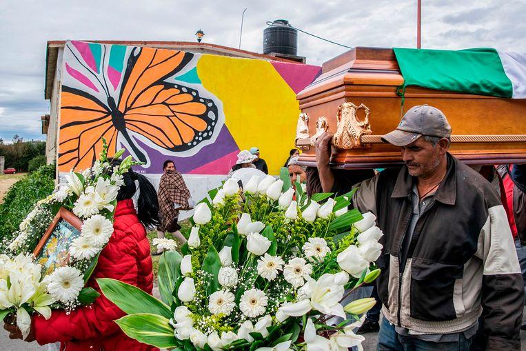 Een man draagt de koffer van milieuactivist Homero Gomez, die monarchvlinders trachtte te beschermen.