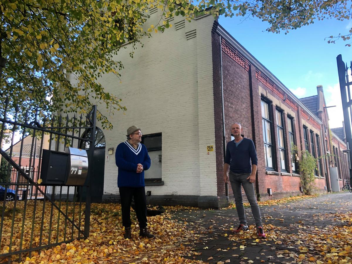 Sacha Koulichov (links) en Domien Coppelmans blijven zich verzetten tegen de verkoop van de oude openbare school Hemelrijken in Eindhoven.