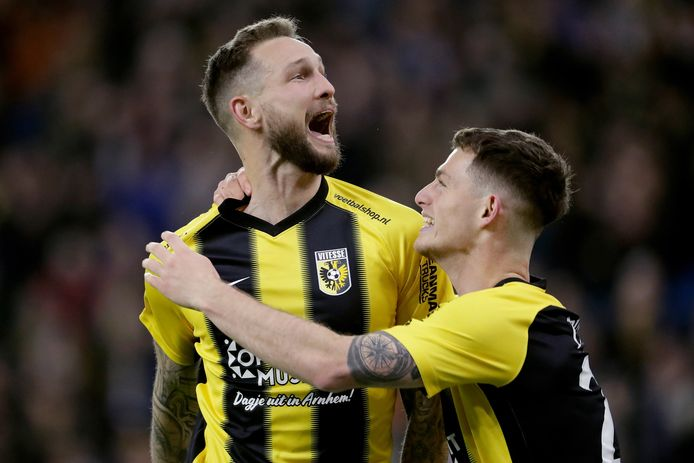Tim Matavz viert een goal voor Vitesse tegen PSV.