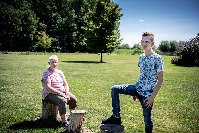 Thea Driessen en Tom Reuvers van Kindervakantieweek Ewijk op het scoutingterrein. Daar is, tot hun opluchting, volgende maand toch gewoon weer een bouwkamp.