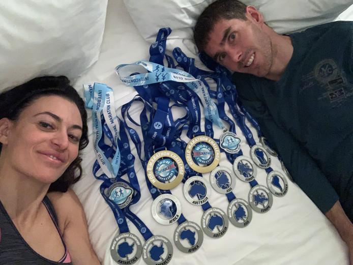 Arno en Meriem showen hun medailles.