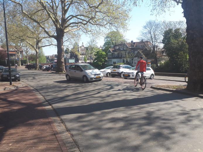 In- en uitdraaiend verkeer uit de parkeervakken veroorzaakt volgens de gemeente 'onveilige situaties' omdat er ook veel fietsers rijden. Verder hinderen die wagens de doorstroming richting parkeergarage Drievriendenhof, een stukje verderop.