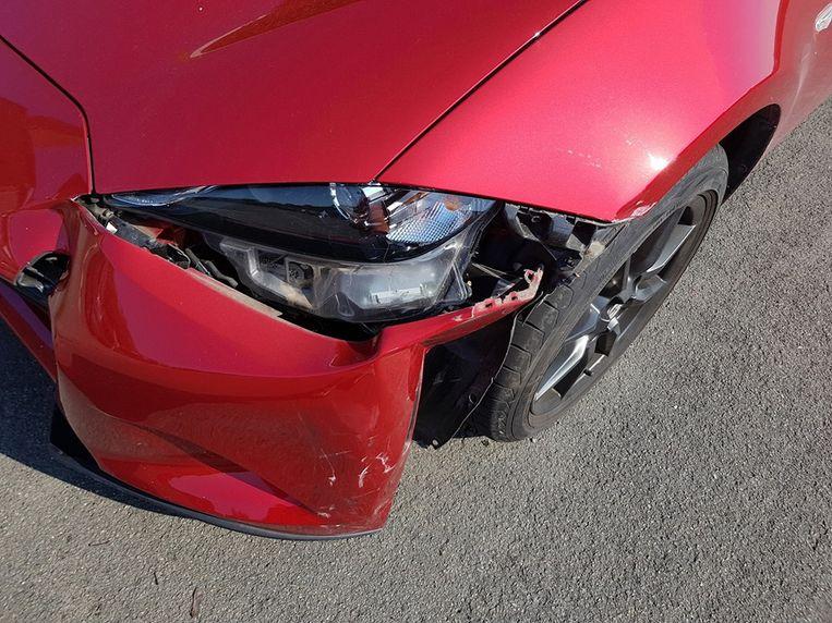 De Mazda raakte beschadigd.