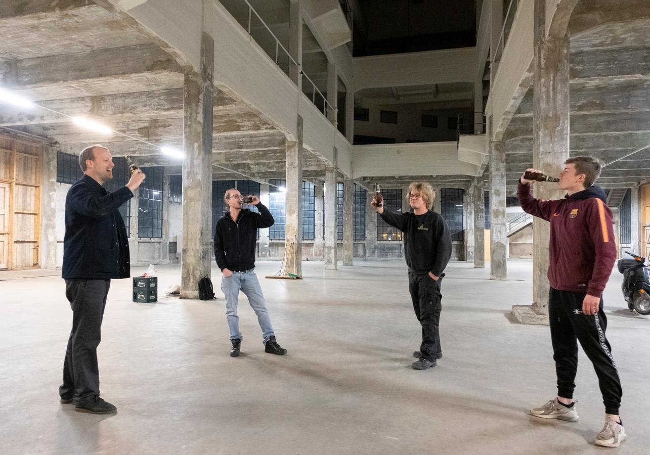 Leden van Team Timmerfabriek, (vlnr) Louk Peperkamp, Wouter van Hees, Thomas Zanders en Thijs van Velthoven, proosten op tien jaar evenementen in de gestripte feestlocatie.