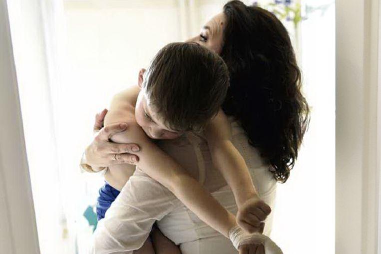 Lenneke Kiel draagt haar zoon Robin, die door een fout van de gynaecoloog bij de bevalling volledig afhankelijk is van zijn ouders. (Joost van den Broek / de Volkskrant) Beeld null
