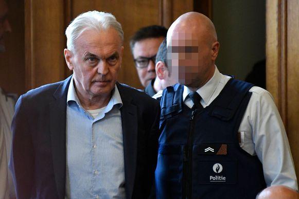 Beklaagde André Gyselbrecht wordt in het hof geleid.