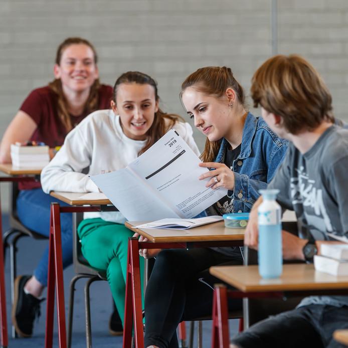 Vwo-leerlingen van het Mollerlyceum in Bergen op Zoom praten, nog in de schoolbanken, na over het examen Frans. ,,We gaan een klacht indienen.''