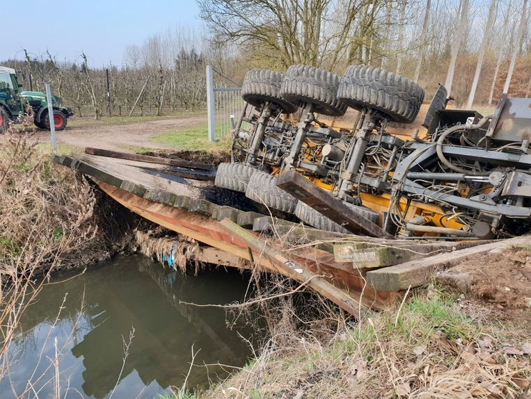 De brug begaf het onder het gewicht van de zware tractor met aanhanger.