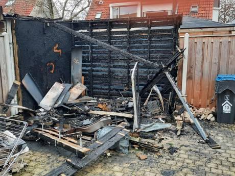 Schuurtje brandt af, gloednieuwe scooter en elektrische fiets zijn verdwenen: gezin uit Kampen 'schrikt zich kapot'