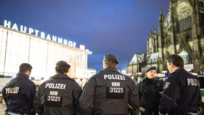 De politie is massaal aanwezig bij het station van Keulen.