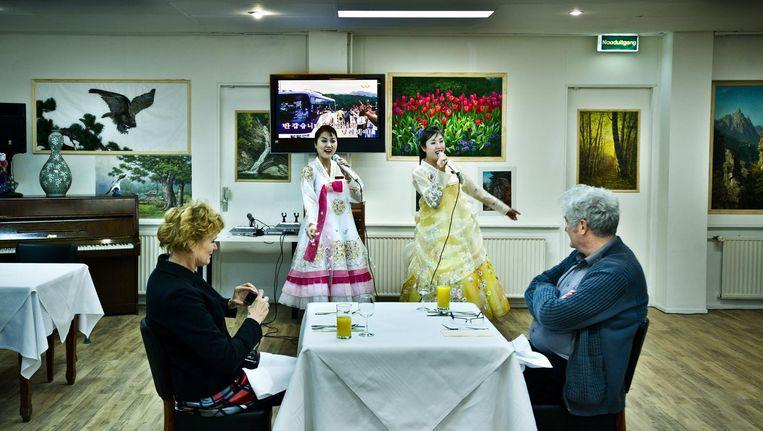 Restaurant Pyongyang in Osdorp (2012). Koreaanse serveersters geven een karaokeoptreden. Beeld Klaas Fopma