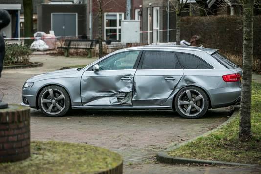 De beschadigde auto.
